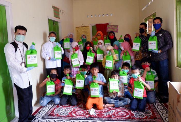 BNI Syariah Padang Bagikan 100 Paket Alat Tulis ke Anak ...